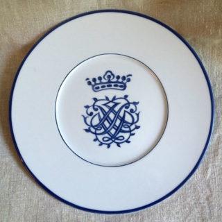 Assiette porcelaine peinte à la main monogramme, filet bleu