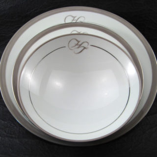 service en porcelaine peinte initiales taupe et filet platine