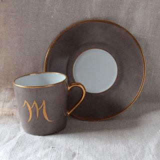 tasse à café peinte en couleur avec initiale or