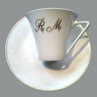 Tasse à café initiale peinte en or