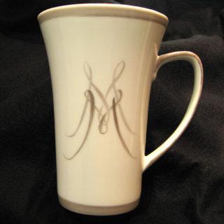 mug en porcelaine peint avec initiale et filet couleur