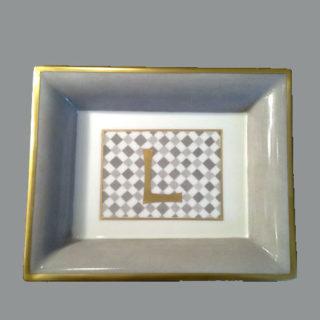 vide poche damier initiale or peinte sur la porcelaine